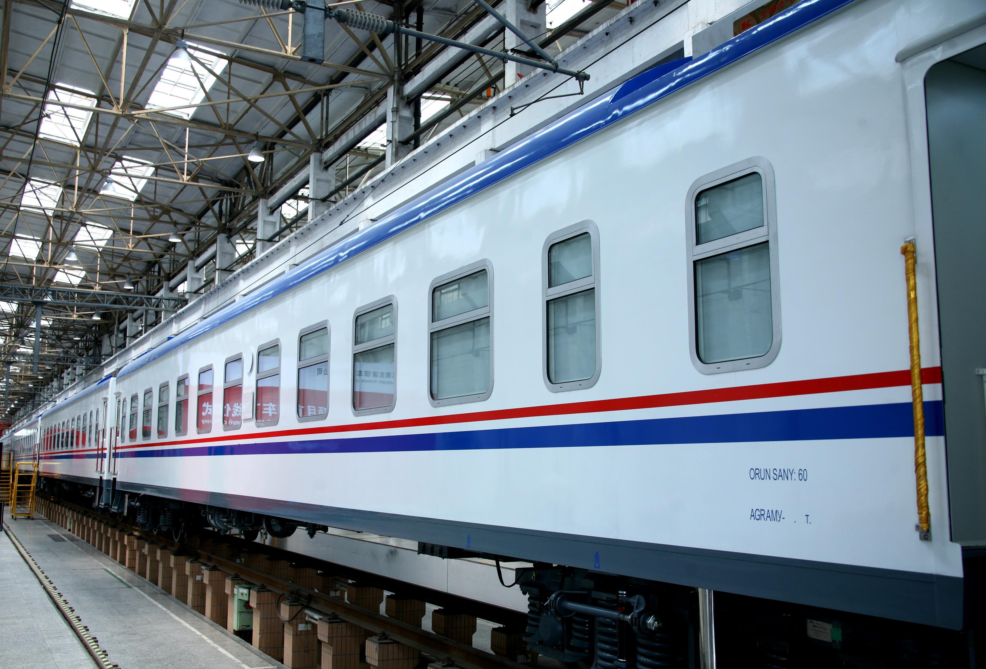 土库曼斯坦客车   中国证券网讯(记者 周桓)7月16日,一列白底镶嵌红、蓝色装饰带的时尚列车,缓缓驶出厂房,这是中国南车浦镇公司生产的土库曼斯坦铁路客车项目首列车顺利出厂。   中国证券网记者从中国南车了解到,土库曼斯坦客车项目合同于2013年1月31日签订,共10列154辆,从签订合同到实现首列交付,只用了5个半月时间,成为中国南车浦镇公司交付最快的出口项目。土库曼斯坦客车项目包括硬卧车、软卧车、发电车、餐车、行李车5个品种。该项目车辆为1520mm的宽轨转向架,车辆上体按照土方的要求进行全新的设计