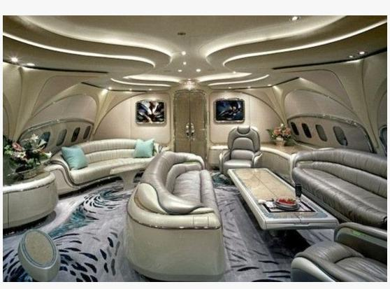 """近日,赵本山的私人飞机""""本山号""""在济南的某飞机工程有限公司进行舱内座椅更换等维修,舱内布置完全曝光。三峡在线注意到,著名篮球明星麦克格雷迪、车王舒马赫和德国前总理施罗德也拥有同样型号的私人飞机。随小编看看世界各地富豪们的奢华机舱。    沙特王子阿尔瓦利德波音747私人专机上的奢华宝座。富人们的每一架私人飞机都有独具匠心的设计。 你几乎无法想象拥有这样装潢的是一架飞机。    浴室当然也要极尽奢华。    就连驾驶舱座椅上也铺着密实的带毛羊皮。"""