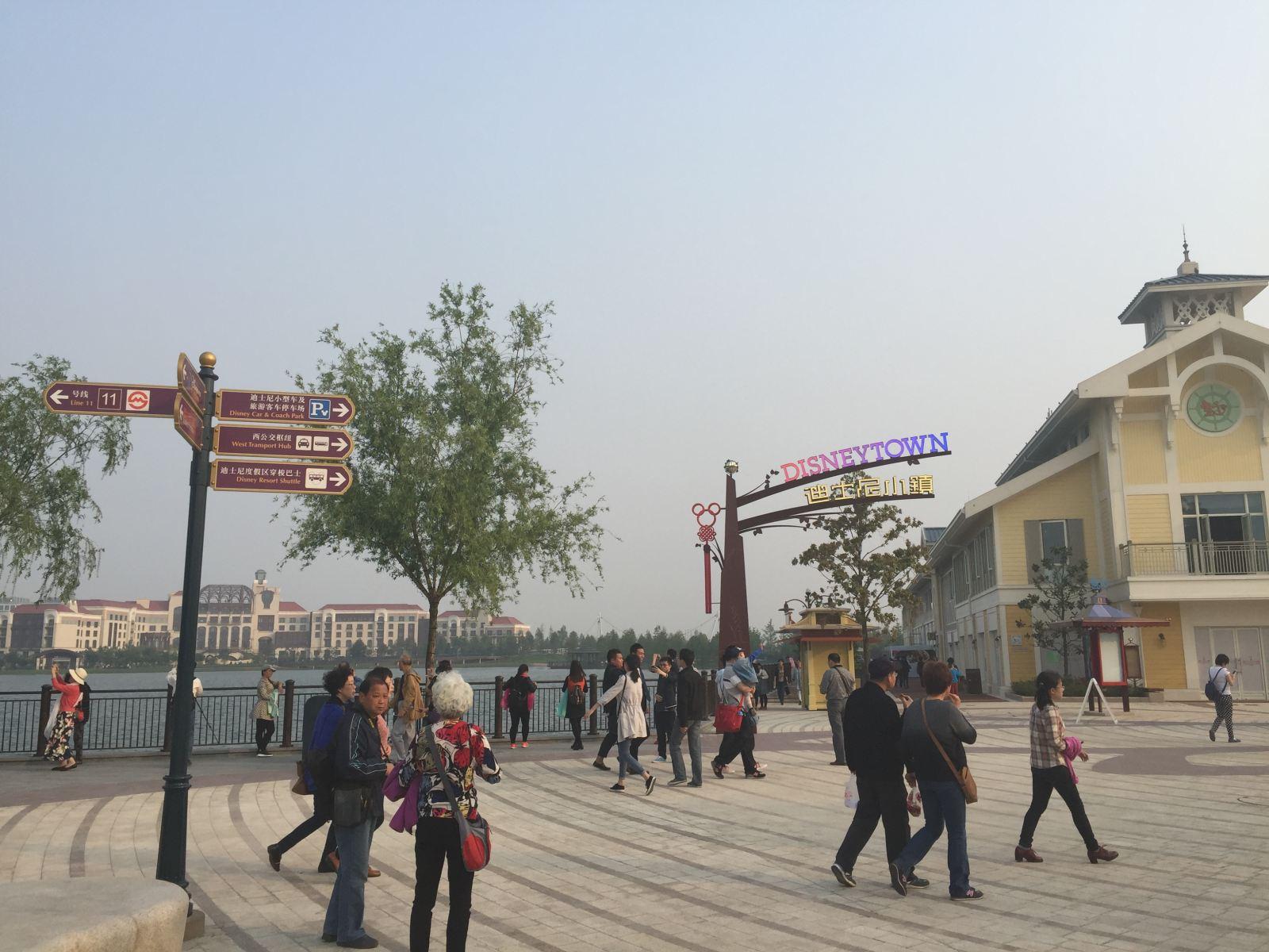 上海迪士尼小镇五一人气爆棚!米奇风景抢鲜看